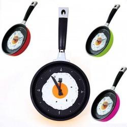 Horloge murale en métal en forme de poêle avec un œuf au plat