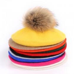 Elegancki beret z futrzanym pomponem